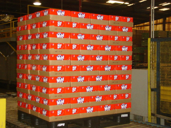 Plastic pallets protect products from overhang damage
