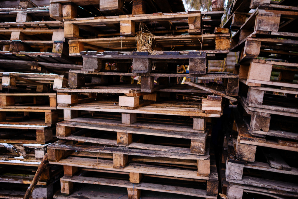 There are three primary categories of contaminants for wood pallets: microbial, odors, and chemical.