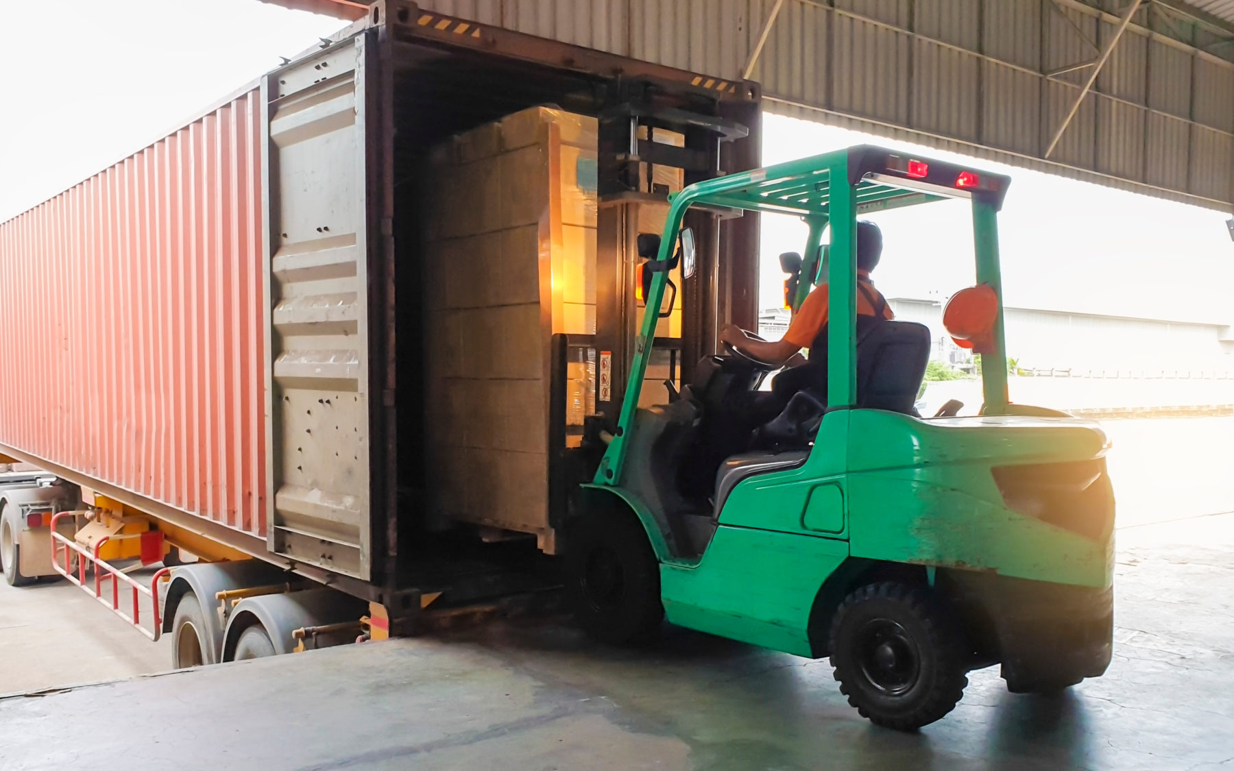 Forklift loading trailer for supply chain efficiency